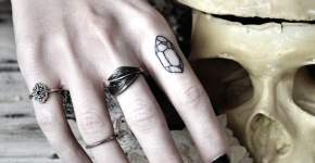Tatuaje piedra en el dedo