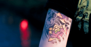 Tatuaje flores loto brazo
