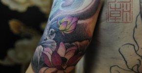 Tatuaje flores loto rosas
