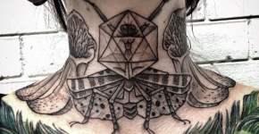 Tatuaje insecto en el cuello