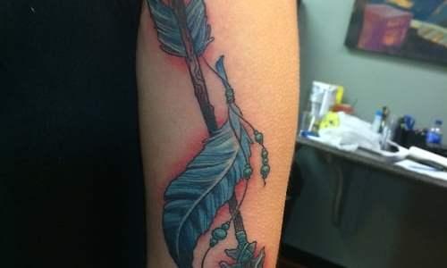 Tatuaje pluma y flecha india