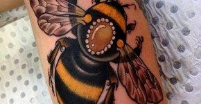 Tatuaje de abeja en el brazo