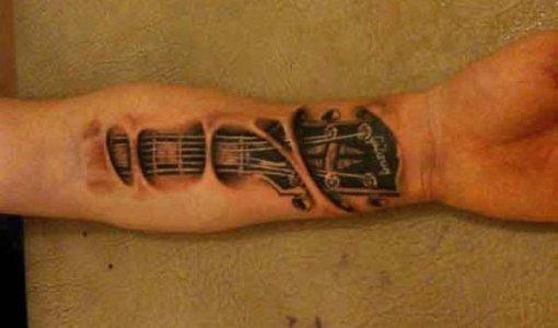 Tatuaje mástil de guitarra