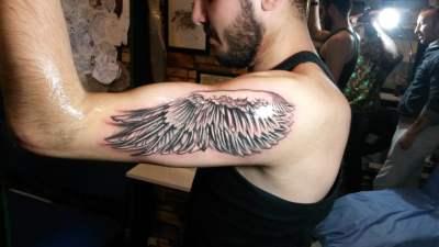 Tatuaje ala de ángel en el brazo