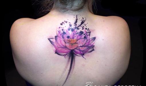 Tatuaje loto rosa en la espalda