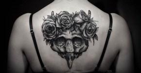 Tatuaje máscara en la espalda