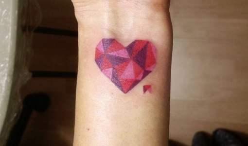 Tatuaje corazón poligonal