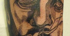 Tatuaje hombre fumando un cigarrillo