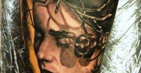Tatuaje mujer perdida por el bosque