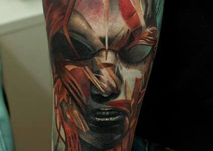 Tatuaje rostro humano en el brazo