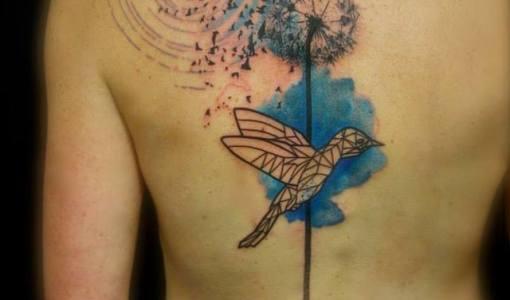 Tatuaje diente de león en la espalda