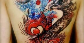 Tatuaje pavo real en la espalda