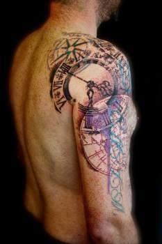 Tatuaje relojes en el hombro