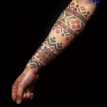 Tatuaje brazalete bordado