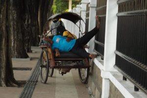 Siesta in einer Rikscha in Surabaya