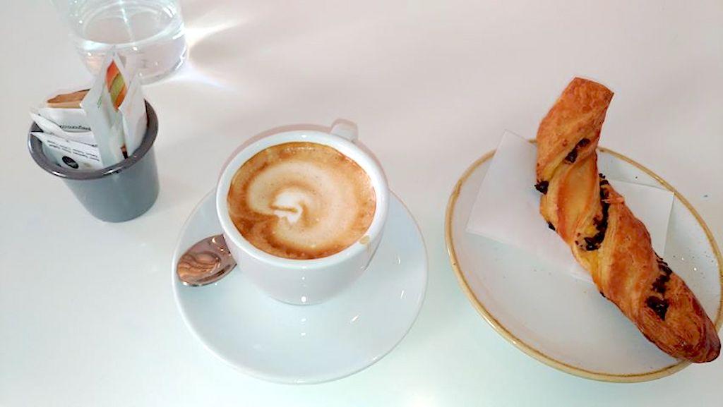 Materia Roma - cappuccino e cornetto