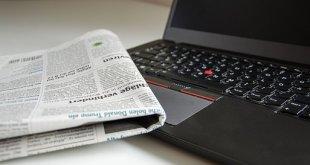 حاسب محمول وجريدة