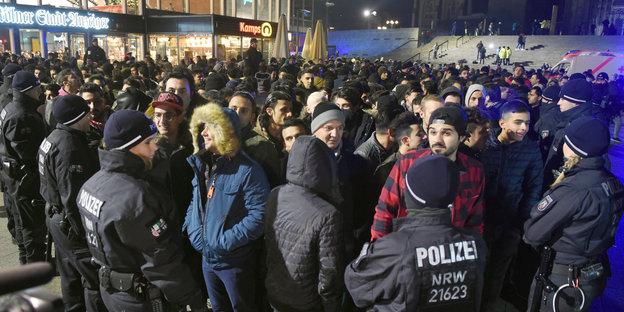 Die Polizei umringt eine Gruppe Männer vor dem Kölner Hauptbahnhof