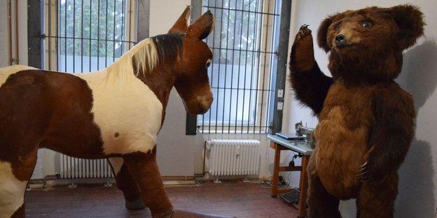 Ein Pferd, ein liegender Bock und ein Bär im Atelier