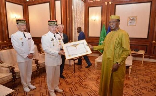 Tchad: le Commandant de l'opération Barkhane décoré par le Président Idriss Déby