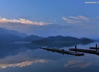 รุ่งอรุณของทะเลสาบสุริยันจันทรา