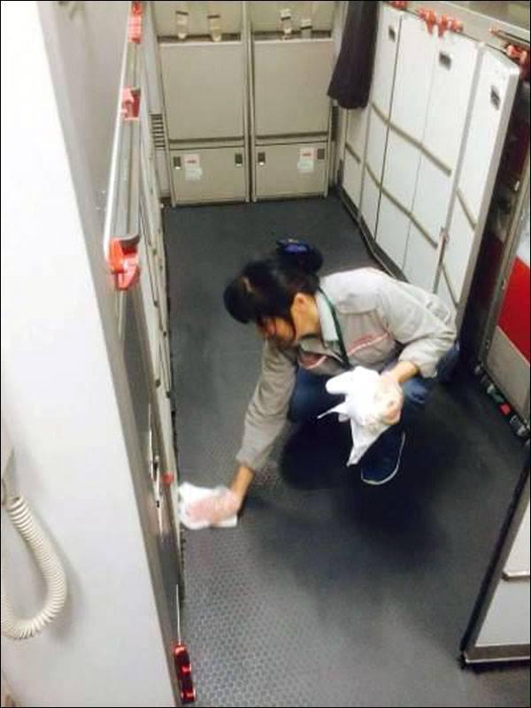 แม่บ้านสนามบินจีนพบถุงเท้าซุกเงินกว่า 2 แสนบาท