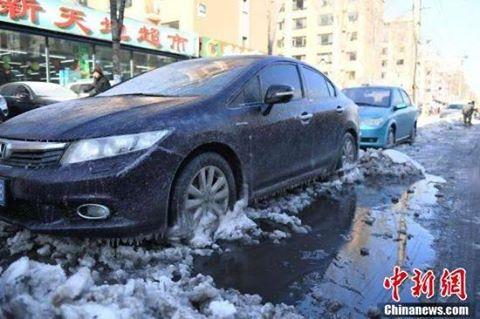 """หนาวเกิน! ฉางชุนกลายเป็น """"เมืองแห่งน้ำแข็ง"""" หลังท่อน้ำเกิดระเบิด"""
