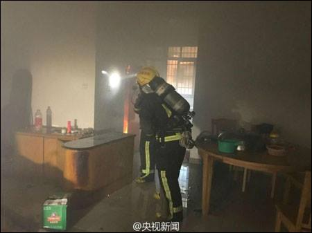 ฮีโร่นักดับเพลิงลากถังแก๊สไฟลุกท่วมออกจากตึกสูง