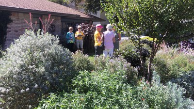 Lois Pesz garden - Fern Mizell and Rosalie Russell talking with visitors