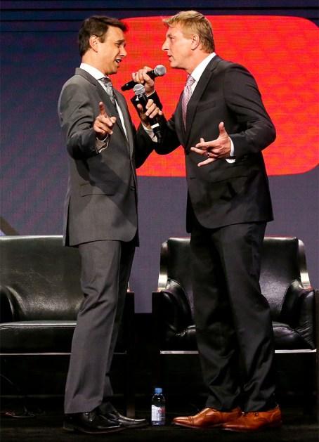 Ralph Macchio şi William Zabka din serialul Cobra Kai pe scenă la prezentarea YouTube Red Originals