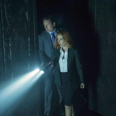 Agenţii FBI Fox Mulder și Dana Scully