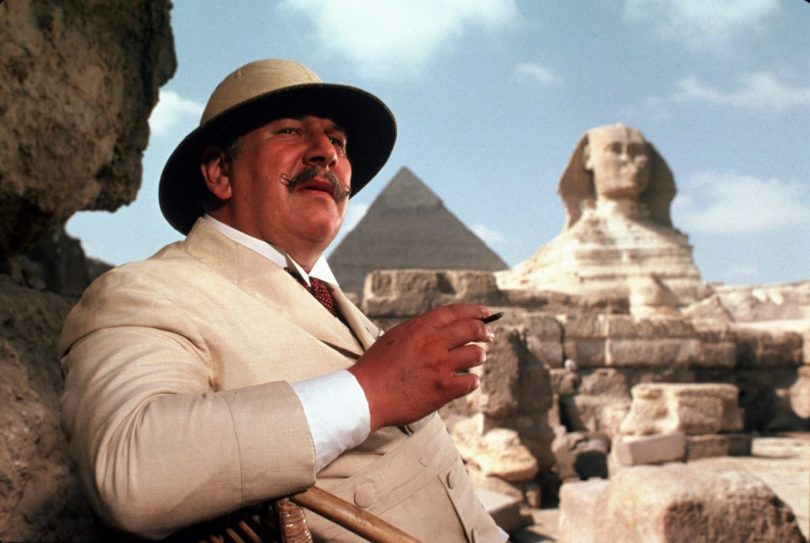 Peter Ustinov în rolul Hercule Poirot din filmul Moarte Pe Nil, adaptarea din 1978.