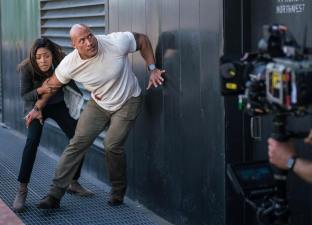 RAMPAGE: Dwayne Johnson si Naomi Harris