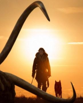 Kodi Smit-McPhee şi lupul său preistoric în filmul Alpha (2018)