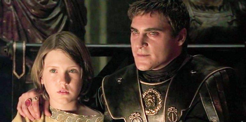 Commodus (Joaquin Phoenix) şi Lucius (Spencer Treat Clark) în filmul Gladiator din 2000
