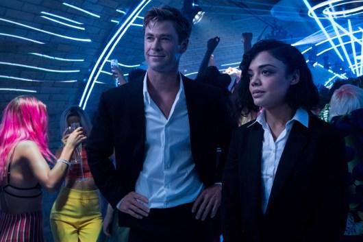 Agent H (Chris Hemsworth) si Agent M (Tessa Thompson): MEN IN BLACK: INTERNATIONAL.
