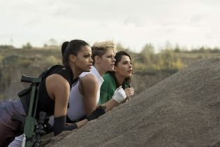 Actriţele Kristen Stewart, Naomi Scott și Ella Balinska.