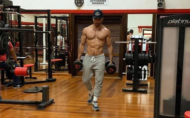 Miguel Ángel Silvestre sube la temperatura desnudo