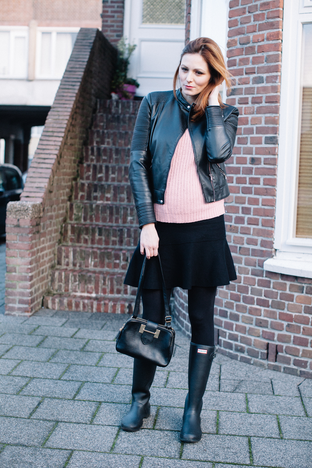Black and pink ootd | Hunter boots, light pink sweater