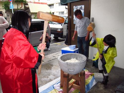 沖縄餅つきの様子
