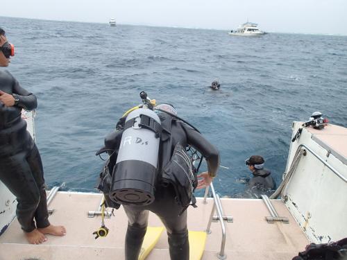 沖縄ダイビングで溺者役を助けに行こうとしてる様子です