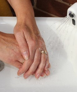 Washing hands with the HandSpa by Teal