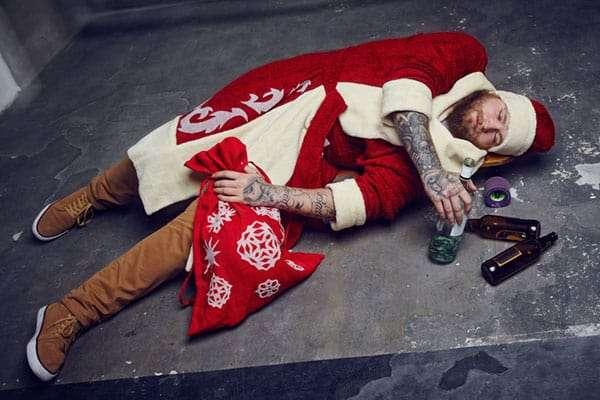 Man liegt als Weihnachtsmann verkleidet am Boden, weil er bei der Weihnachtsfeier zu viel getrunken hat