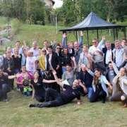 Gruppe von Menschen vor Sonnenuntergang nach Teambuilding Event