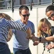 Menschen lachen bei Teambuilding am Maze Race