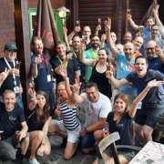 Teamfoto von Siemens AG. Leute jubeln und haben Spaß