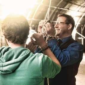 Zwei Männer sind als Teambuilding Aufgabe gefesselt und müssen sich befreien