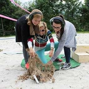 Team versucht als Teambuilding Aufgabe auf einer Insel Fische zu fangen.