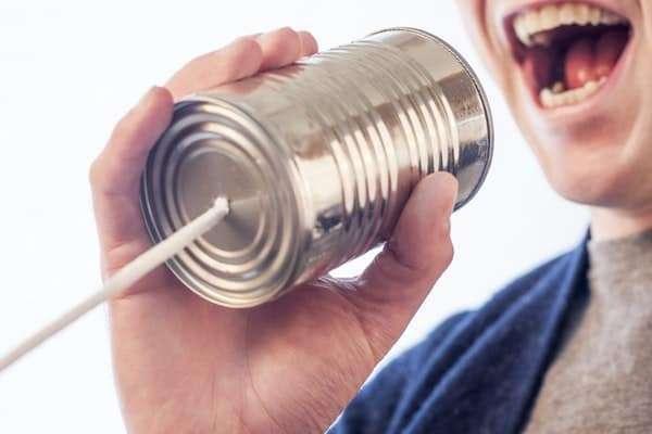 Mann kommuniziert mit bösen Rhetoriktricks über Schnurtelefon