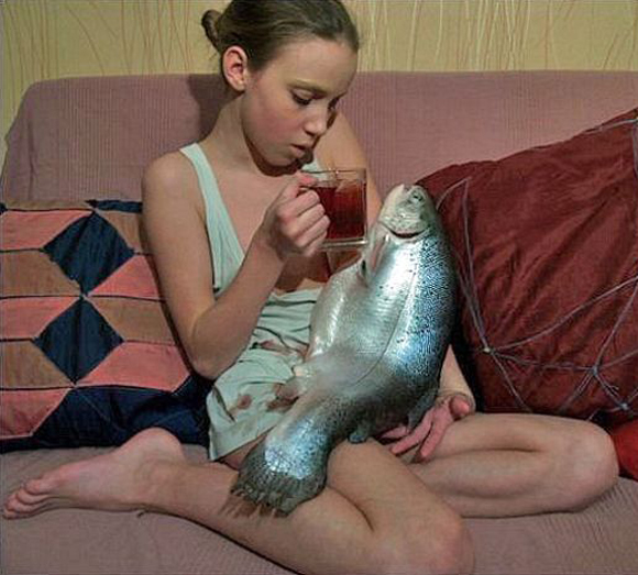 Girl on couch with big fish Bad Family Portraits, Bad Family Photos, Ellen, funny family photos, worst family pics, funny pictures, awkward family photos, wtf, ugly people, stupid people, crazy people, people of walmart